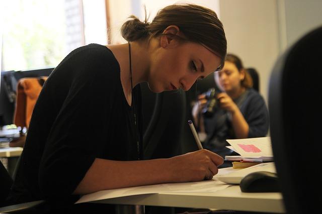 Junge Frau am Schreibtisch